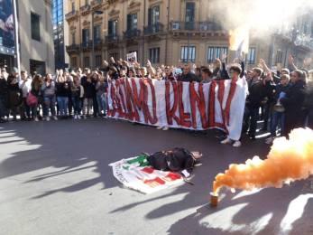 Renzi a Palermo: ennesima protesta dei giovani, ennesime manganellate VIDEO