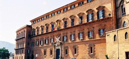 Elezioni regionali/ Il centrosinistra che si 'auto-civetta' e il grande potere nelle mani dei ventenni della Sicilia
