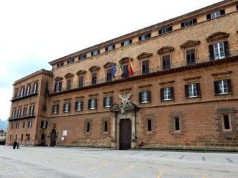 Un'Ars senza soldi si interroga sul nulla in attesa dell'inciucio romano Renzi-Berlusconi