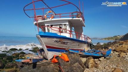 Sbarchi 'fantasma' ad Agrigento: adesso anche il mare inquinato da carburante e olio motore