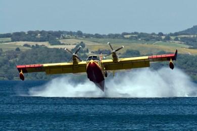 Arriva l'estate, arrivano i primi incendi e... arrivano i Canadair a  14 mila euro l'ora!