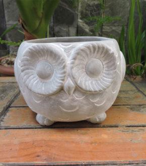 Maceta con diseño de Buho hecha en cemento. Foto de frente.