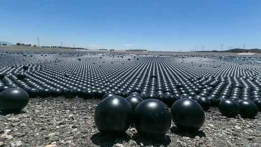 shade balls embalse bolas negras