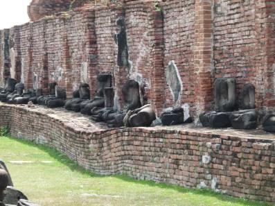 Vista de uno de los templos en donde se aprecia perfectamente la ondulación del terreno