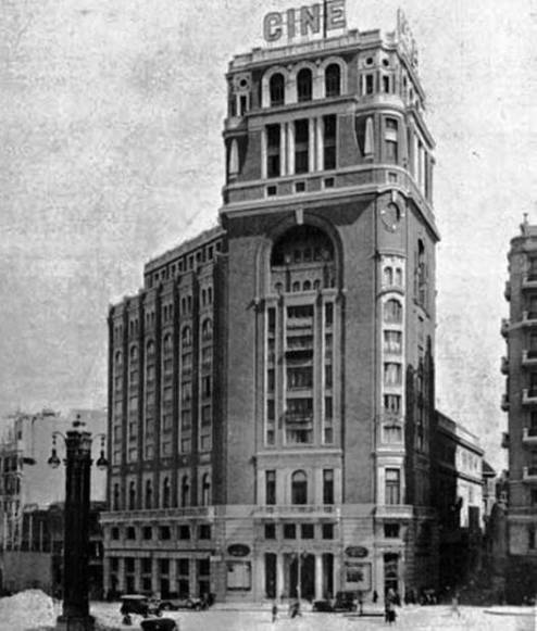 Edificio del Palacio de la Prensa, que alberga los cines del mismo nombre