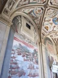 Perspectiva en la que pueden observarse las pinturas al fresco de batallas y ciudades. Palacio del Viso del Marqués.