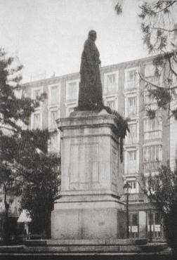 Monumento a Juan Álvarez Mendizábal en la antigua Plaza del Progreso (actual de Tirso de Molina). El pedestal fue reaprovechado para la actual de Tirso de Molina hecha por Rafael Vela en 1943