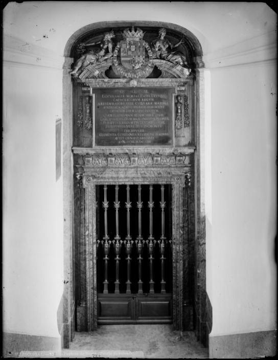 A. Carbonel. Portada del Panteón. Foto: archivo Moreno (IPCE)