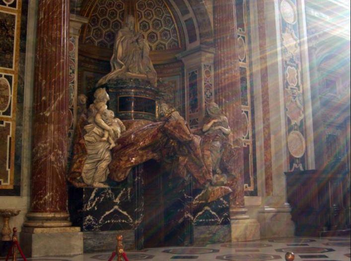 Bernini siempre buscó el dramatismo en sus obras para impactar al espectador como este efecto de luces en la Tumba de Alejandro VII. Foto: Wikimedia Commons.