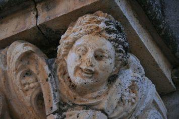 Nuevo Baztán. Detalle de cabeza bajo el balcón del Palacio Goyeneche. Foto: wikicommons (Tamorlan)