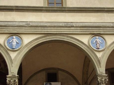 Detalle de los tondi de Andrea della Robbia: algunos son réplicas (Wikimedia: por Saliko)
