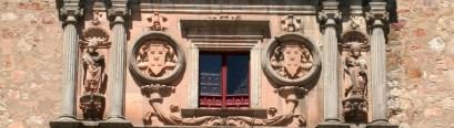 Detalle de la fachada del Colegio de Santiago o Fonseca en Salamanca: Armas de Alonso de Fonseca entre San Ildefonso y San Agustín (por Ophelia2 vía Wikimedia).