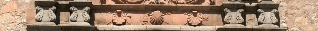 Detalle de la fachada del Colegio de Santiago o Fonseca en Salamanca: veneras (por Ophelia2 vía Wikimedia)