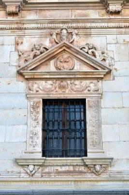 Colegio de San Ildefonso, Alcalá de Henares, ventanas de la planta baja con los padres de la iglesia: San Gregorio (por Manuel Ramírez Sánchez vía Wikimedia).