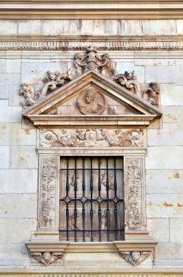 Colegio de San Ildefonso, Alcalá de Henares, ventanas de la planta baja con los padres de la iglesia: San Agustín (por Manuel Ramírez Sánchez vía Wikimedia).