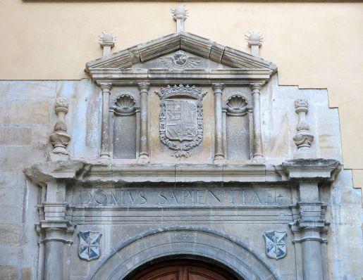 Detalle de la portada del Colegio de Sant Jordi y Sant Domènec (por Enric vía Wikimedia).