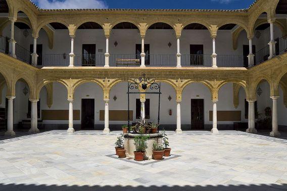 Patio de la Universidad de Osuna (por J.L. Filipo Cabana vía Wikimedia).