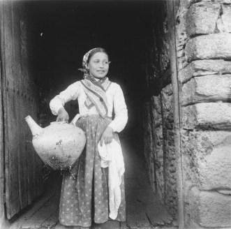 Eulalia Abaitua. Niña con cántaro hacia 1900. Archivo del Museo Vasco de Bilbao