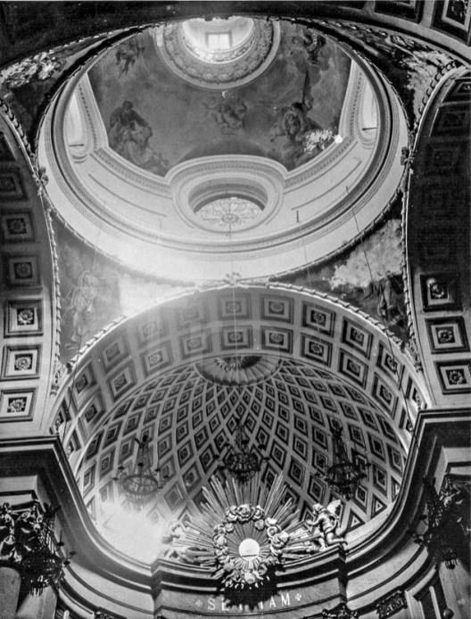 Cúpula, pechinas y ábside del Oratorio del Caballero de Gracia en el que se aprecia la mala conservación de las pinturas.