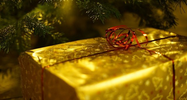 Le migliori idee regalo di natale economiche · lampada da tavolo a forma di libro · calzini sushi · selezione di tè. Cosa Sapere Se Hai Regalato Soldi Contanti O Regali Costosi A Natale