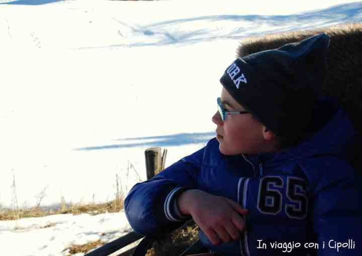 montagna in inverno con bambini
