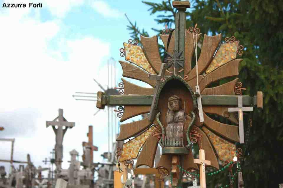 Collina delle Croci una croce intagliata