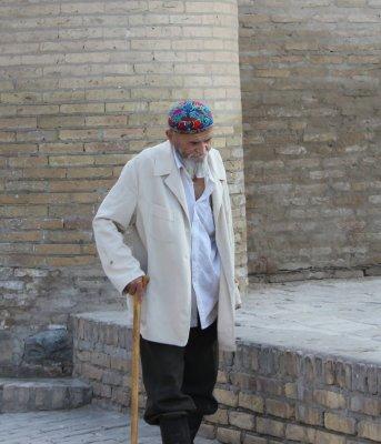 Anziano indossa abiti tradizionali (Khiva, Uzbekistan)