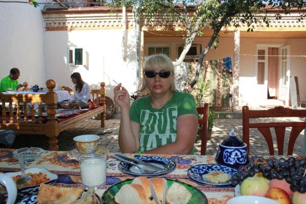 Colazione all'aperto nell'Antica B&B di Samarcanda (Uzbekistan)