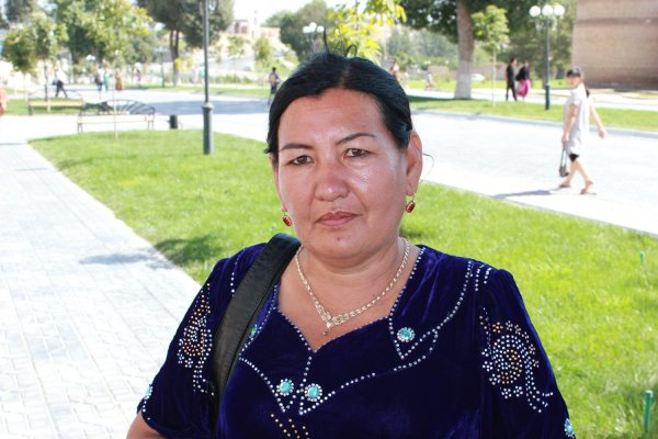 Pellegrina in visita ai luoghi sacri di Samarcanda (Uzbekistan)