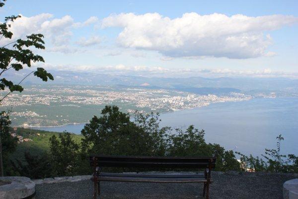 Scorcio panoramico su Rijeka e sul golfo del Quarnaro da Veprinac (Croazia)