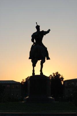 Tramonto su Amir Timur Maydoni, statua di Tamerlano (Tashkent, Uzbekistan)