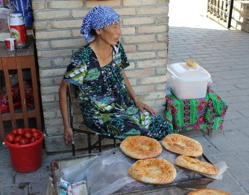 Viaggio in Uzbekistan, venditrice di pane Non nel bazar di Bukhara