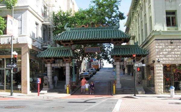 Accesso a Chinatown tramite la porta con il tetto in giada a San Francisco (Stati Uniti)