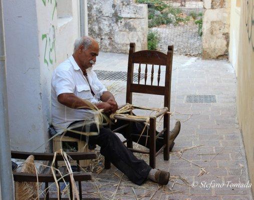 Anziano che impaglia sedie a Chania (Creta, Grecia)