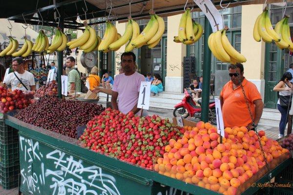 Viaggio ad Atene, mercato della frutta e verdura in piazza Monastiraki (Grecia)