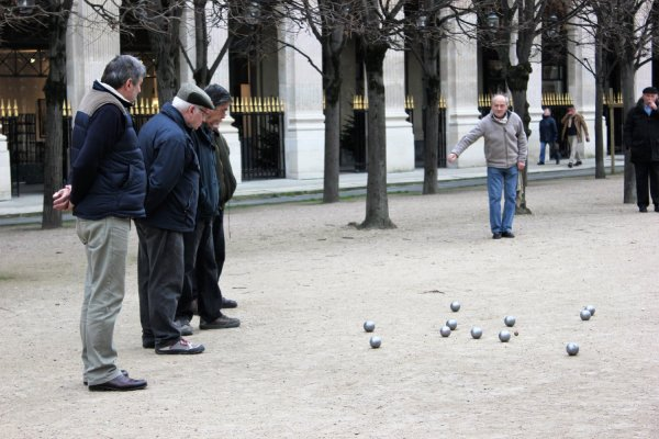 Viaggio a Parigi, anziani giocano a pétanque nei giardini di Palais Royal (Francia)