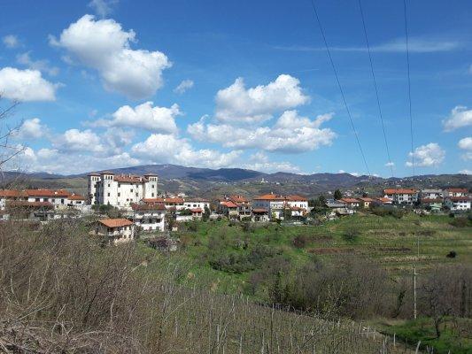 Viaggio in Slovenia, panorama di Dobrovo con il suo castello (Brda)