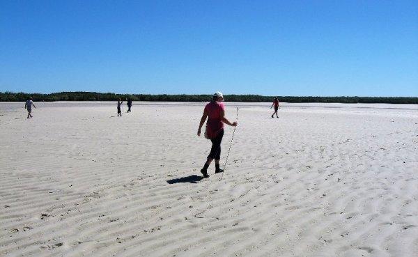 Pesca dei granchi sulla spiaggia di Mudnunn nel Western Australia