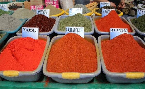 Banco di spezie colorate al bazar Chorzu di Tashkent in Uzbekistan