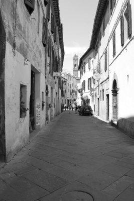 Passeggiata nei vicoli di Montalcino in Toscana
