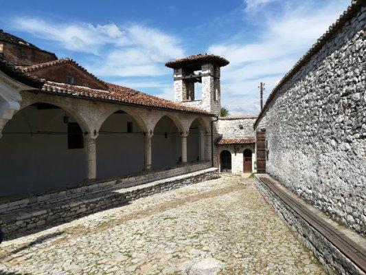 Cortile chiesa Dormizione di Maria Berat
