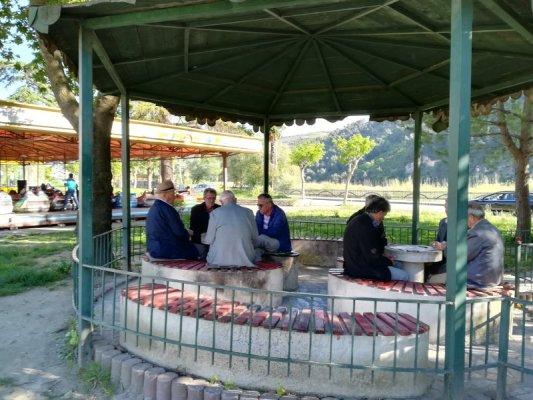 Anziani giocano a domino Berat Albania