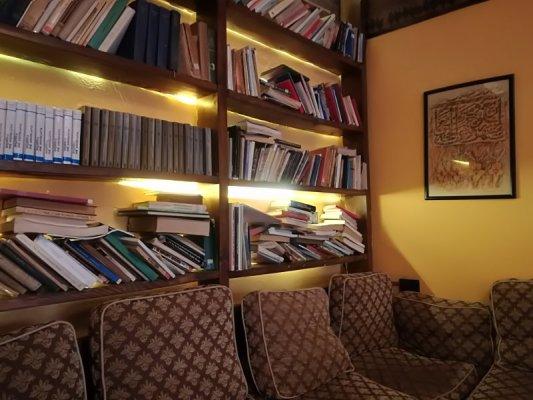 Interno bookshop caffè E Për7shme Tirana