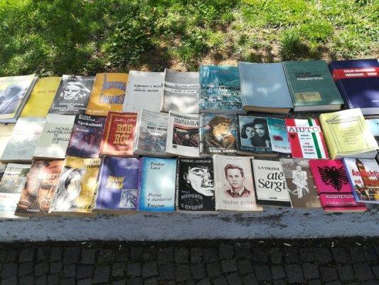 Mercatino ambulante libri a Tirana