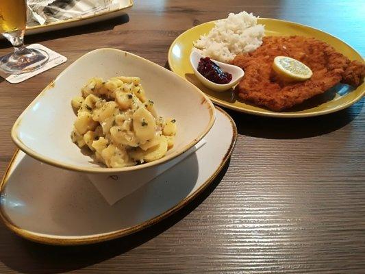 Wiener Schnitzl mit Reis & Kartoffelsalat Franz Streetfood