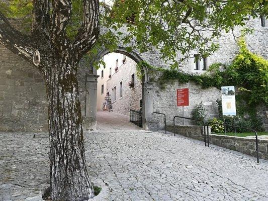 Porta ingresso Castelmonte