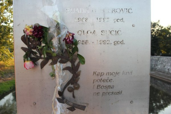 Targa in ricordo di Suada Dilberović e Olga Sučić a Sarajevo
