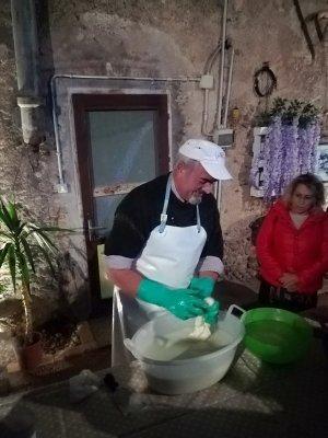 Azienda agricola La Perla filatura della mozzarella