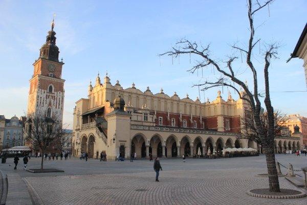 Il mercato dei tessuti e la torre del Municipio a Cracovia