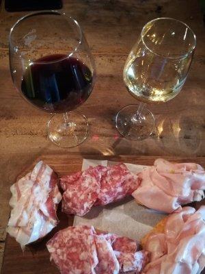 Tartine di affettati e calici di vino alla osteria Ai Barnabiti di Udine